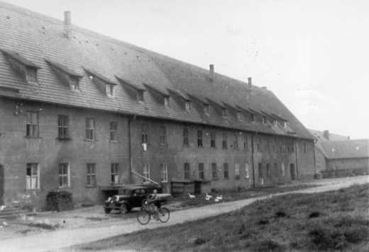 Le bloc III de la « caserne », rue de Rutesheim no 50/3b, où se trouvait le camp des travailleurs forcés de la Gestapo. Photo de l'immédiat après-guerre.