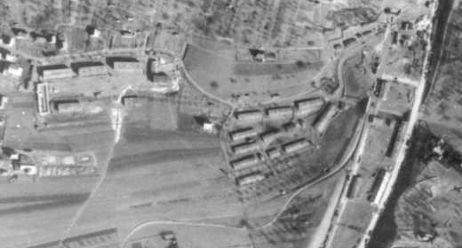 L'ancien (à droite) et le nouveau camp (à gauche) situés entre l'autoroute et la ville de Leonberg. Photographie aérienne de la Royal Airforce du 2 mars 1945