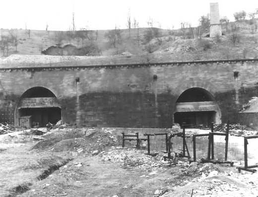 L'entrée nord du tunnel de l'Engelberg après la déstruction des murs protecteurs en béton. Photo de l'après-guerre (Landesamt für Straßenwesen Baden-Württemberg).